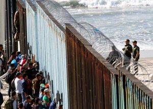Miqrantlar ABŞ ve Meksika arasında olan sərhəd hasarına çıxdılar