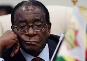 Zimbabvenin keçmiş prezidenti Muqabe yeriyə bilmir