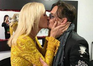 Conni Depin öpüşdüyü qadın kimdir?
