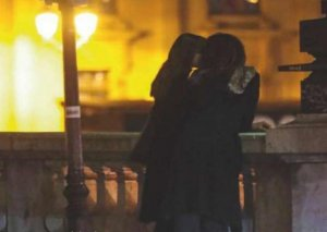 Monika 36 yaşlı sevgilisi ilə küçədə öpüşüb