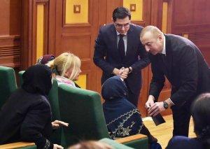 Prezident İlham Əliyev şəhid anasının ayağa qalxmasına izin vermədi, özü onun yanına getdi