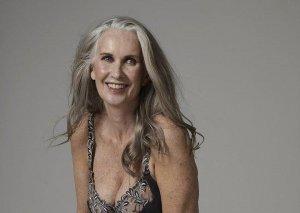60 yaşlı model jurnal üçün soyundu