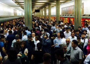 Bakı metrosunda problem yarandı - Qatarlar gecikdi