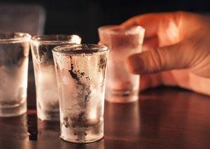 13 yaşlı oğluna spirtli içki içirtdi, az qala öldürürdü
