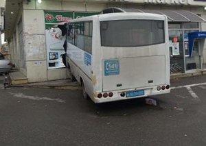Bakıda avtobus mağazaya çırpıldı