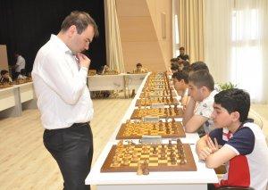 Şəhriyar Məmmədyarov 28 şahmatçı ilə eyni anda oynadı