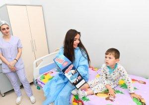 Heydər Əliyev Fondunun vitse-prezidenti Leyla Əliyeva Bakının bir sıra tibb müəssisələrində müalicə alan uşaqlarla görüşüb