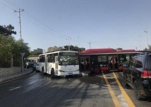 Avtobus qəza törətdi, digər marşrutlar xətdən çıxdı