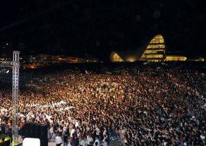Heydər Əliyev Mərkəzinin parkında estrada ulduzlarının konserti olub