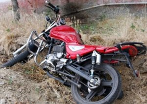Tovuzda avtomobil motosikletlə toqquşdu - Ölən var