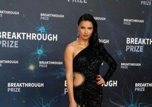 Adriana Lima paltarı ilə göz qamaşdırdı