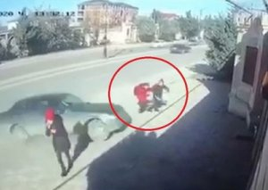Xırdalanda dəhşət: Avtomobil iki şagirdi vurdu - VİDEO