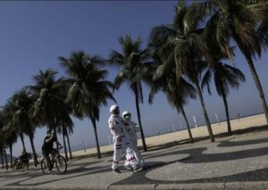 Yaşlı cütlük koronavirusdan qorunmaq üçün kosmonavt paltarı geyindi -