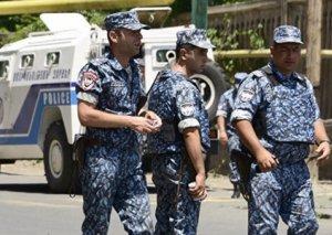 Yerevanda polislər küçədə qadına qarşı zorakılıq ediblər VİDEO