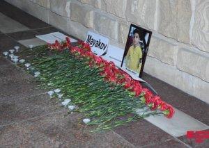 Ermənilərin Gəncə terrorunun qurbanı olan 13 yaşlı Rusiya vətəndaşının xatirəsi Rusiya səfirliyinin qarşısında anılıb -FOTO
