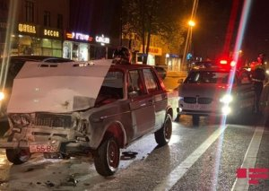 Bakıda qəzaya uğrayan avtomobil yanıb: sürücü döyüldü - FOTO