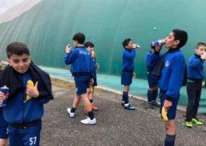 Azərbaycan klubu azyaşlı futbolçulara qida rasionu kimi enerji içkisi verir FOTO