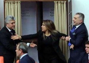 Parlamentdə qadın deputatlar arasında dava düşdü -