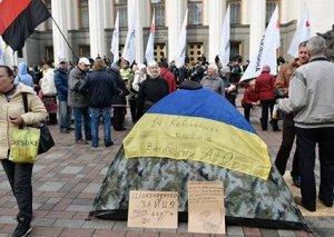 Kiyevdə prezident administrasiyası binasının qarşısında piket keçirir
