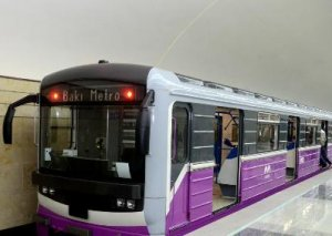 Metroda 30 yaşlı şəxs qatar relsinə yıxıldı