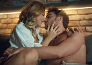 """""""Erotik"""" damğası vurulan klipi ən çox izlənən oldu"""