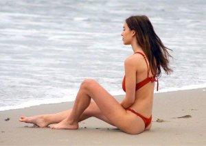 Qırmızı bikinisi ilə nəfəsləri kəsdi