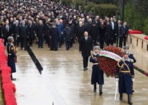 Prezident İlham Əliyev Şəhidlər Xiyabanını ziyarət edib