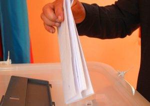 Prezidentliyə iki iddiaçı imzalarını təhvil verdi