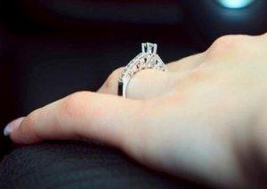 Qadın evlilik üzüyünü itirdi, zibildaşıyanlar tapdılar