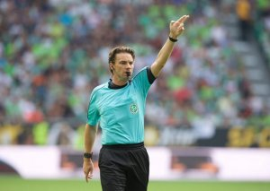Futbol tarixində ilk – hakim fasilədə penalti təyin etdi