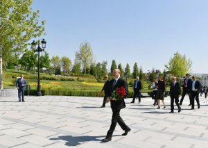 Prezident İlham Əliyev Ankaradakı Heydər Əliyev Parkında Ulu Öndərin abidəsini ziyarət edib