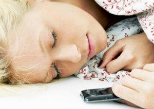 Yatarkən mobil telefonu yastığınızın yanında saxlamayın!