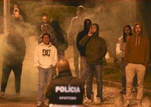 Azarkeşlər Portuqaliya klubunun bazasına hücum edərək futbolçulara xəsarət yetirib - Foto