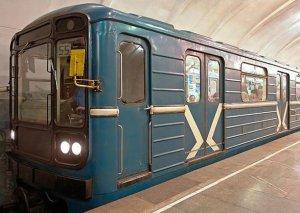 Metroda oğlan özünü qatar yoluna atıb, relslərin üstündə oturdu...