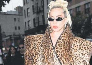 27 dərəcə istidə palto geyindi