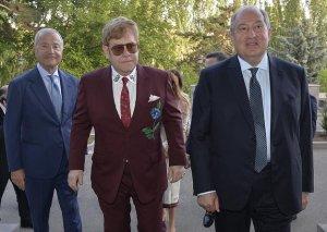Ermənistanda Elton Cona yumurta atdılar