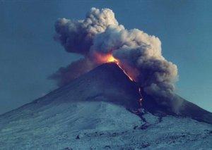 """543 turist """"Rincani"""" vulkanı ərazisindən təxliyə edildi"""