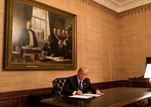Donald Tramp İrana qarşı fərman imzalayıb